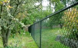 Как установить забор из рабицы своими руками?