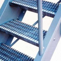 Виды и особенности металлических ступеней для лестниц