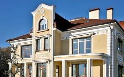Отделка фасада дома декоративными элементами