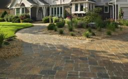 Чем заменить тротуарную плитку во дворе дома — самые интересные идеи