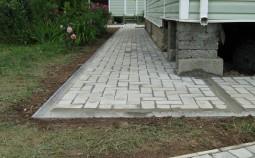 Как уложить отмостку вокруг дома из тротуарной плитки
