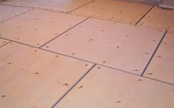Укладка фанеры под ламинат на пол из дерева