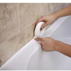 Как закрыть щель между ванной и стеной?