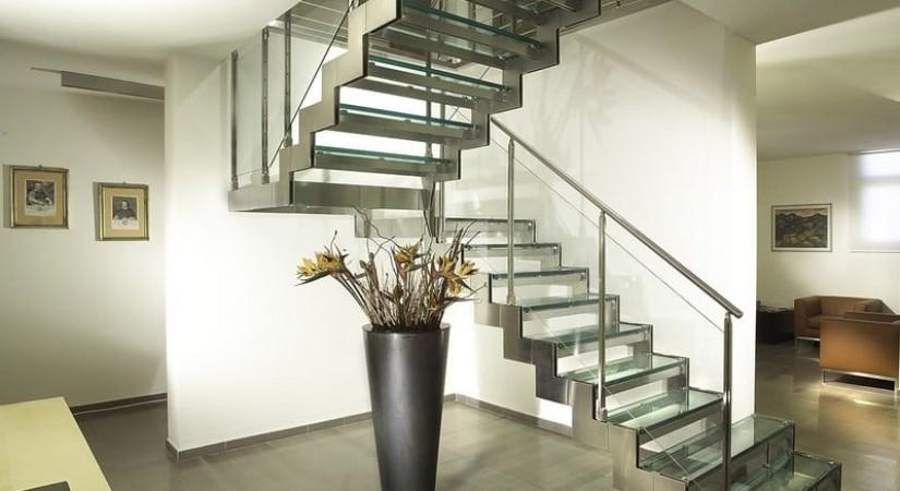 лестница металл стекло