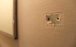Простые способы убрать отверстия в стене от гвоздей и шурупов подручными средствами