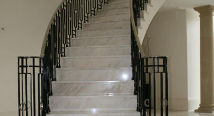 лестница камень металл