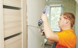 Действенные способы очистки дверей от монтажной пены