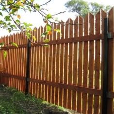 Деревянный забор на металлическом каркасе своими руками