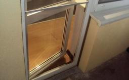 Как отрегулировать пластиковую дверь на балконе?