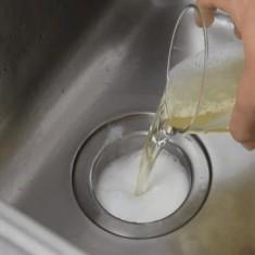 Зачем заливают подсолнечное масло в раковину — секреты домохозяек