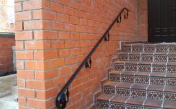 Виды пристенных поручней для лестниц и нюансы их монтажа