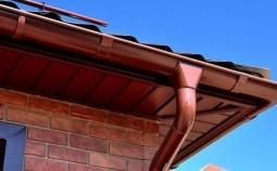 Практические советы по монтажу металлического водостока для крыши