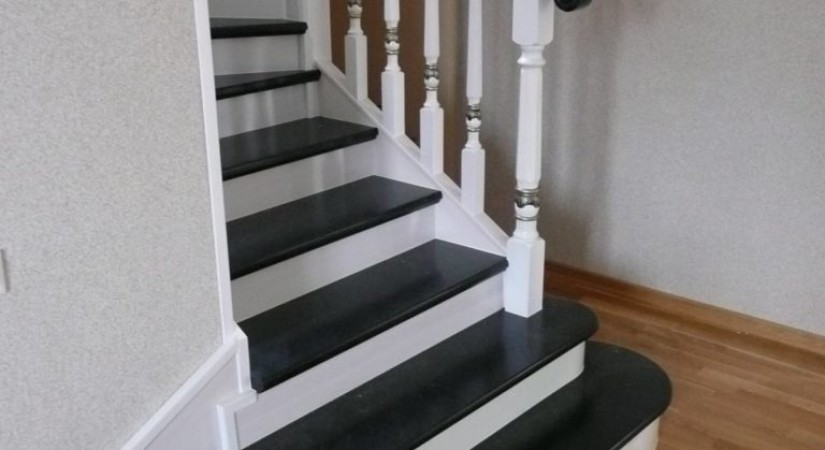 Черные ступени, белые подступенки