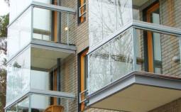 Плюсы и минусы остекления балконов и лоджий безрамным методом