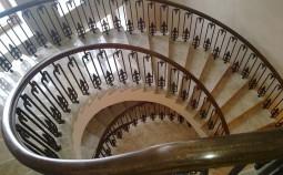 Особенности кованых ограждений для лестниц