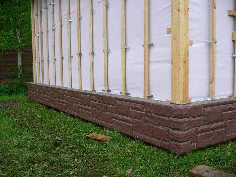 Ветрозащитная мембрана на бревенчатой стене