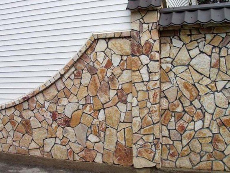 Участок стены с отделкой камнем