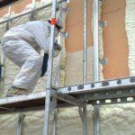 Рабочие, утепляющие стену пенополиуретаном