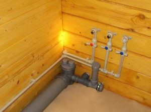 Подведение воды в санузле деревянного дома