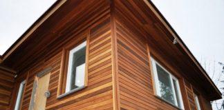 Деревянный дом, обшитый снаружи