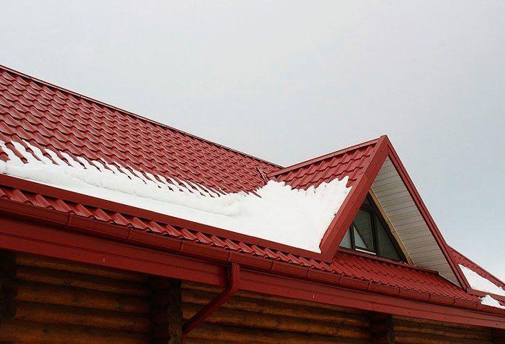 Снег лежит на крыше