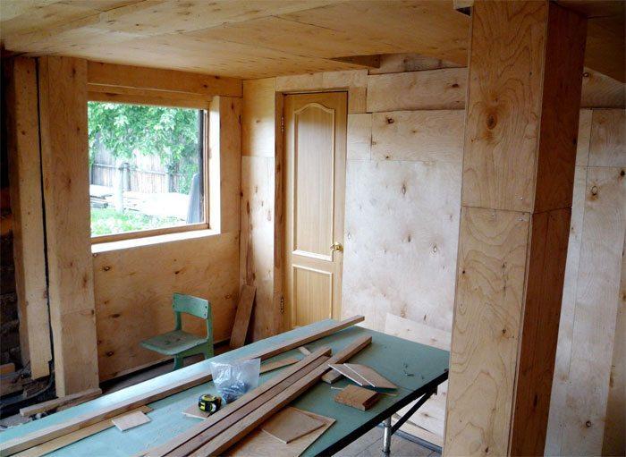 Обшивка стен внутри дачного домика