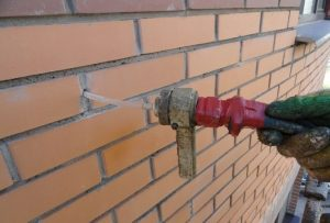 Введение цементного раствора в стену