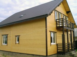 Красивый дом, облицованный брусом