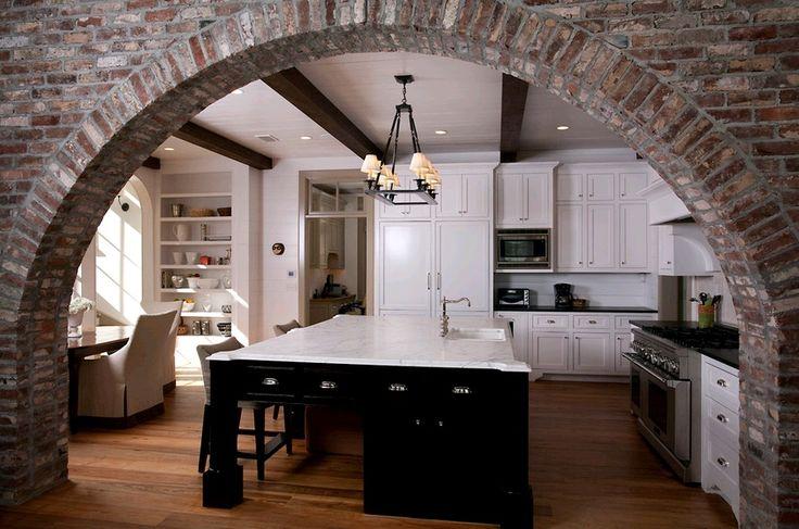 Арка между гостинной и кухней