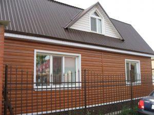 Крыша, покрытая профнастилом