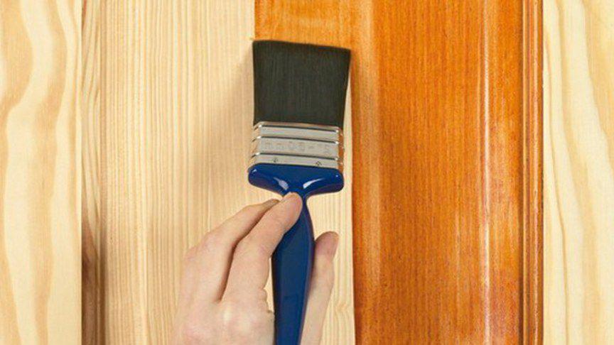 Нанесение антисептика на деревянную стену