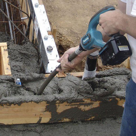 Уплотнение бетонной смеси вибратором