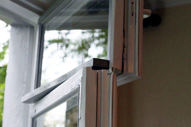 Открытое деревянное окно с форточкой