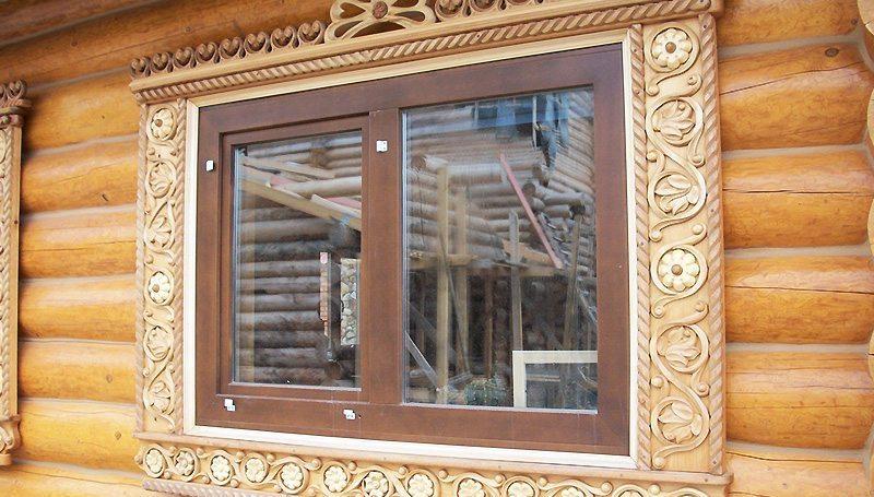 Красивое окно в деревянном доме