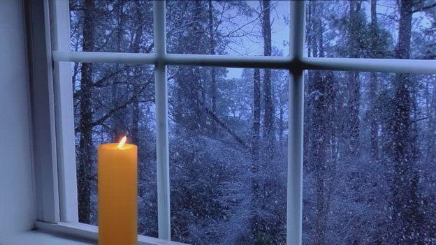 Горящая свеча на окне