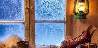 Промерзло деревянное окно