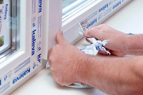Отклеивание защитной пленки пластикового окна