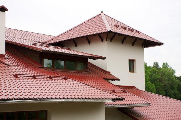 Отделка крыши дома металлочерепицей