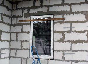 Установка окна в доме из газобетона