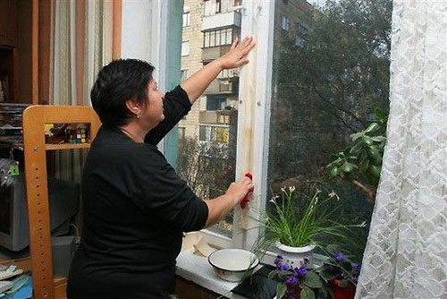Заклеивание окна на зиму