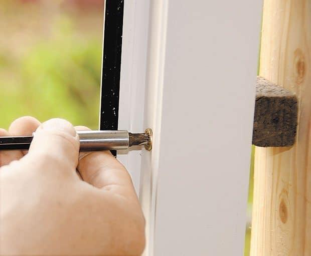 Закрепление окна ПВХ саморезами