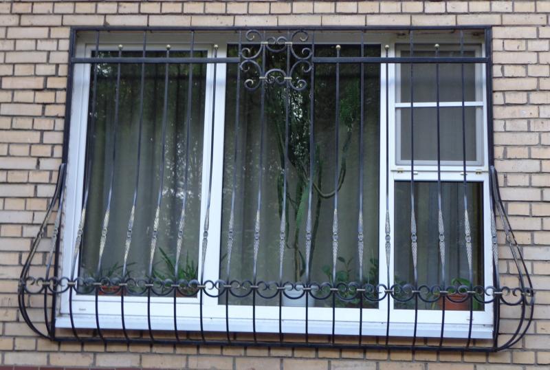 Металлическая решетка на окне