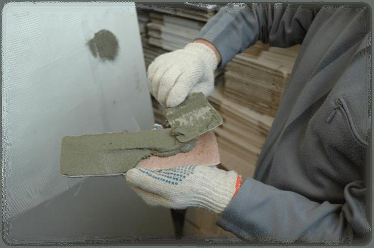Нанесение клеящего раствора на камень