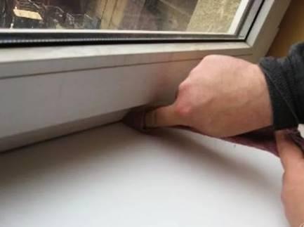 Удаление грязи и пыли в стыке окна и подоконника