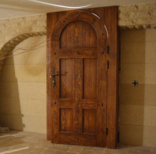 Массивная дверь