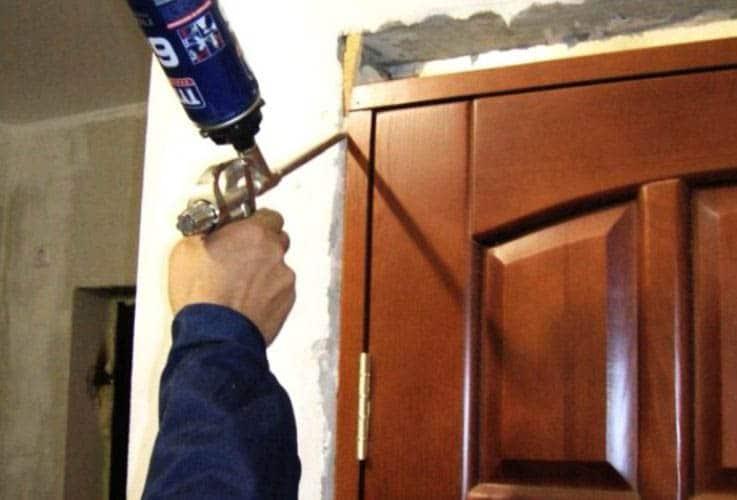 Заполнение стыков дверей пеной