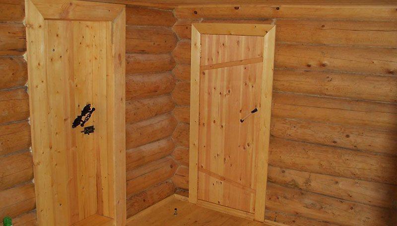 Дверь в деревянной перегородке