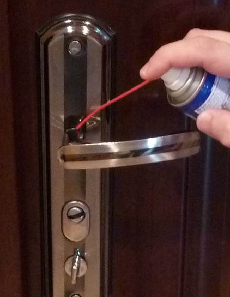 Смазывание ручки двери