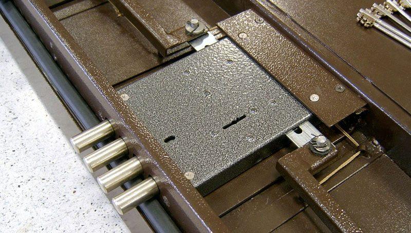 Установка замка на металлическую дверь