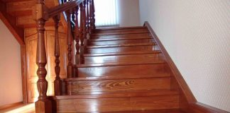 Покрытие лаком деревянной лестницы